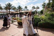 Job a další herec procházejí parkem Holy Land Experience (Zážitek ze Svaté země), který byl vybudován, aby připomínal starý Jeruzalém.