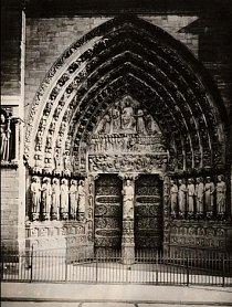 Kamenná výzdoba portálu Posledního soudu katedrály Notre Dame znázorňuje mrtvé plazící se k archandělu Michaelovi. Byla vytesána kolem roku 1220 a představuje scény z Matoušova evangelia.