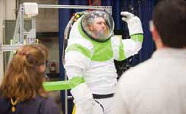 NASA vyvíjí oblek pro astronauty, který pomůže vozíčkářům chodit