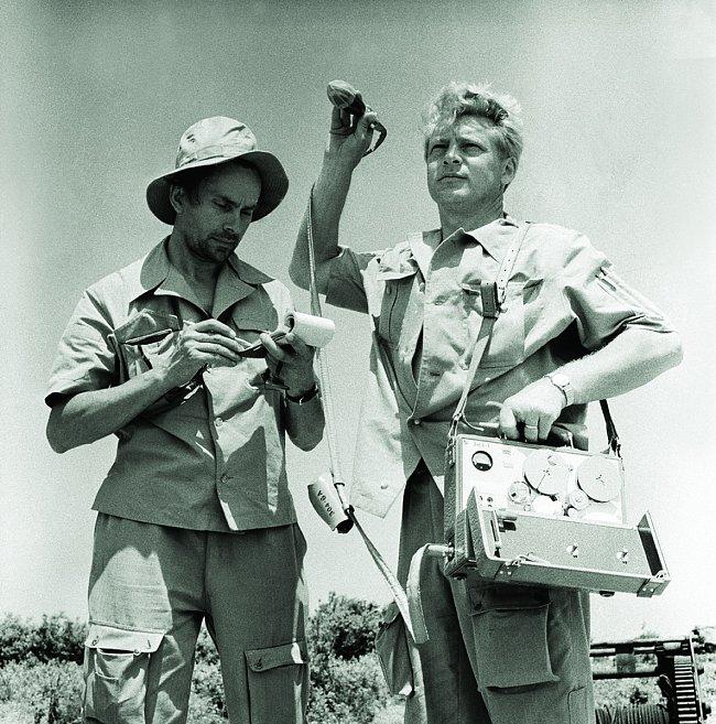 Miroslav Zikmund a Jiří Hanzelka na druhé výpravě 1959-1964. Poznámkový blok A6, který má MZ v ruce, přesně zapadá do kapes expedičních bund, šitých na míru. Od této cesty už používal velikost A6 pro osobní deníky po celý život.
