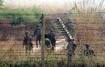 Indičtí vojáci hlídkují poblíž hranice s Pákistánem. Oblast Kašmíru je rozdělena hned na třikrát - mezi Indii, Pákistán a Čínu.
