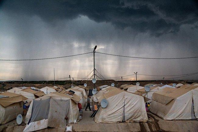 Nad Syřany, kteří uprchli do Turecka, visí temný mrak nejistoty. Konflikt vjejich zemi by se mohl protáhnout na celé roky a uprchlíkům by nezbylo než přemýšlet, kdy – a zda vůbec někdy – se budou moci vrátit.