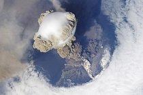 Aktivní stratovulkán Sarychev (mezi kamčatkou a japonským ostrovem Hokkaido) se začal probouzet k životu v polovině roku 2009.