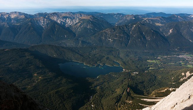 Ledovcové jezero Eibsee pod severní stěnou Zugspitze. Rozloha 177,4ha, maximální hloubka 35,4m.