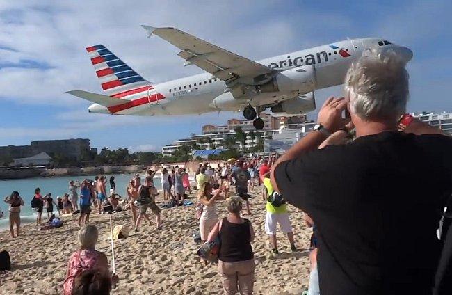 Letadlo přistává nad pláží Maho
