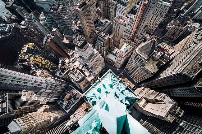 Právě se díváte z mrakodrapu, který je dnes známý jako Trump Building a najdete ho na adrese 40 Wall Street.