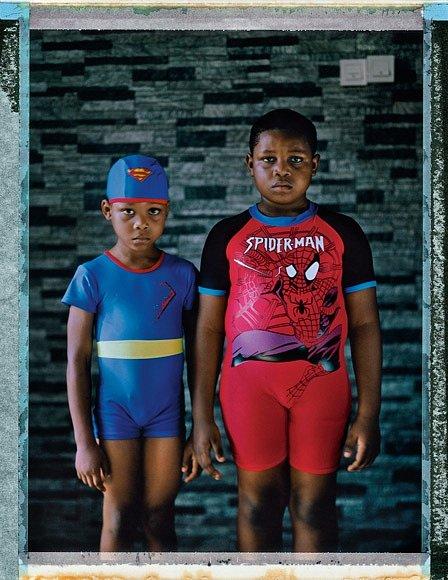 """Šestiletý Tobi Ajike ajeho sedmiletý bratr Tomi chodí dosoukromé školy. Jejich otec je architekt, matka podnikatelka. Nažádost, aby charakterizoval své město, Tobi odpovídá: """"Můj Lagos je skvělý, krásný, příjemný avelmi rušný."""""""