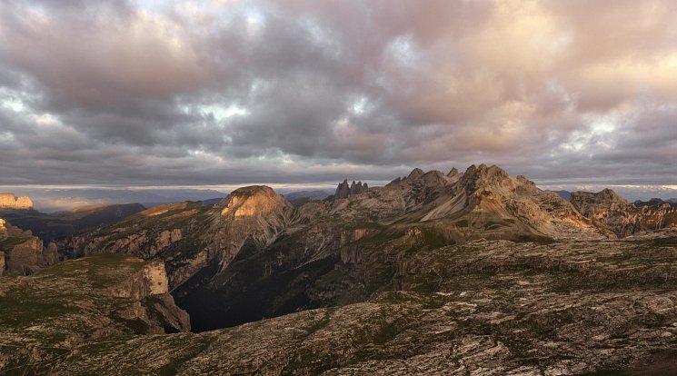50 fotografií doprovodí navštěvníka na jeho cestě skrze hluboká údolí a vrcholky hor.