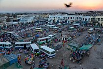 Městská oáza, ústřední trh vDžíbútí, pulzuje životem. Autobusy přivážejí migranty, kteří se, jak říká Salopek, během jedné generace proměnili vtomto půlmilionovém městě ztradičních pastevců vpilně