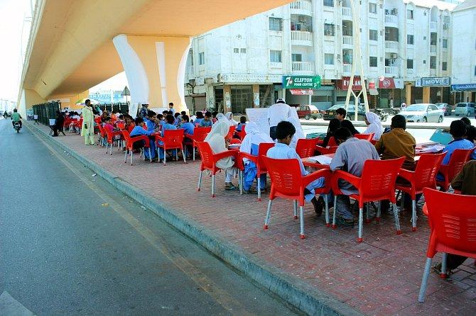 Patnáct až dvacet dětí mají jednotlivé třídy ve škole pod otevřeným nebem.