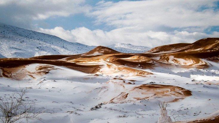 Největší poušť světa pokryla poblíž alžírského města Ain Sefra místy až 40centimetrová vrstva sněhu. Zdejší obyvatelé zažili za posledních 37 let teprve třetí sněhovou nadílku, a tak zatímco doprava zcela zkolabovala, děti si užívaly stavění sněhuláků.