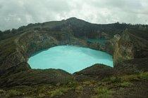 Kelimutu je sopka na ostrově Flores. Ve svém kráteru skrývá tři různě barevná jezera.
