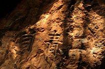 Snad na světě neexistuje země, kde by lidé, jež se dostali do podzemí, nenechali ve skalách vryty své zprávy, vyznání či jména. Je tomu tak v moravské Býčí skále i jeskyních komplexech u Lang Son. Obč
