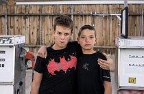 Anthony Liverani a Jacob Sanford, oba dvanáctiletí, žijí ve městě Ely v Nevadě. Jdou si vypůjčit DVD, aby si ho večer přehráli, a rádi si hrají s kamarády a se psy.