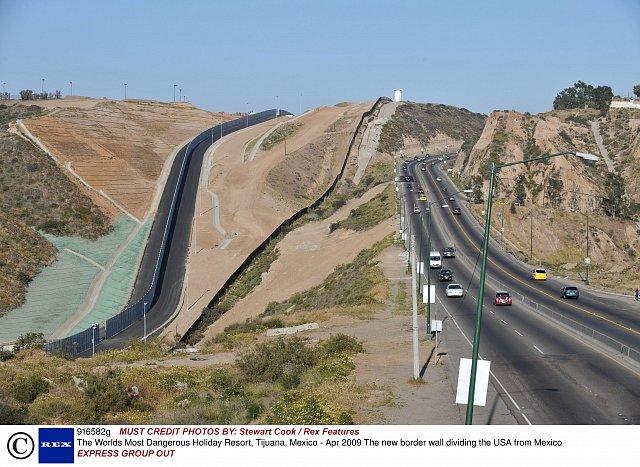 Plot mezi Spojenými státy a Mexikem má za cíl zabránit přílivu migrantů, potenciálních žadatelů o azyl.Tijuana byla až do 90. let poslední zastávkou na hlavním tahu hispánských migrantů za prací v Ame