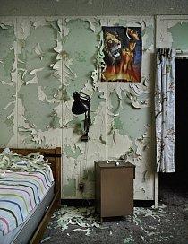 Lidé, co tu pracovali, nechali plakáty na zdech, neustlali ani postele, všude se povalovaly různé osobní věci.