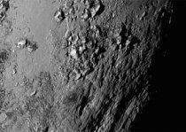 První snímek povrchu Pluta zblízka ukazuje, že hory z ledu vystupují do výšky 3 500 metrů nad jeho povrch.