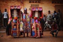 Duchové Egungun během oslav v lednu 2012.  Kult voodoo je zahalen tajemstvím a často je bohužel na Západě dezinterpretován.