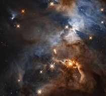 Uvnitř mlhoviny Serpens, vzdálené 1 300 světelných let, vrhá prachový disk kolem hvězdy HBC 672 podivuhodný stín, který v pravé horní části tohoto snímku vypadá jako negativ světelných kuželů majáku.