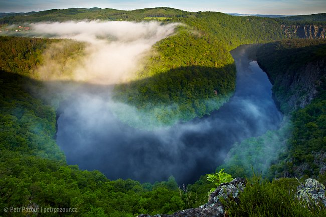 Jeden z nejhezčích pohledů se nabízí ze skalních převisů vrchu Máj. Vltava se v hlubokém kaňonu prudce stáčí o 180 stupňů a vytváří tak mohutnou podkovu, která připomíná populární pohled Horseshoe Ben