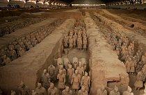 Tisíce terakotových válečníků a koní v životní velikosti stojí na stráži u hrobky císaře Čchin Š'-chuang-ti poblíž čínského města Si-an. Sochy nalezla skupina zemědělců v roce 1974.