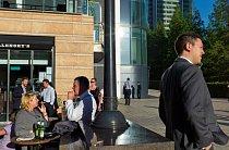 Mladí lidé z kanceláří ve finanční čtvrti Canary Wharf zajdou po práci na skleničku.