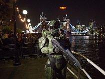 V Londýně se nad Temží objevil symbol ze hry, osvětlený 113 096 LED diod, o průměru 15 metrů a vážící 3,2 tuny.