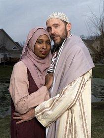 """Kamilah Munirah Bollingová a Adil Justin Cole stojí před svým domem ve Farmington Hills v Michiganu. Z článku """"Nepochopení muslimové v Americe"""" (vyšlo v americkém vydání NG), květen 2018"""