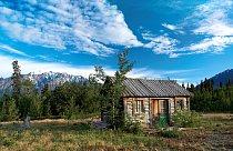 Po celé Aljašce jsou rozesety dřevěné sruby lovců či zlatokopů.