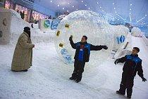 Zimní zábavní park v dubajském supermarketu s nepálskou obsluhou.