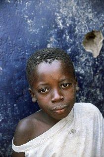 Chlapec ze Sierry Leony v uprchlickém táboře v Guiney.