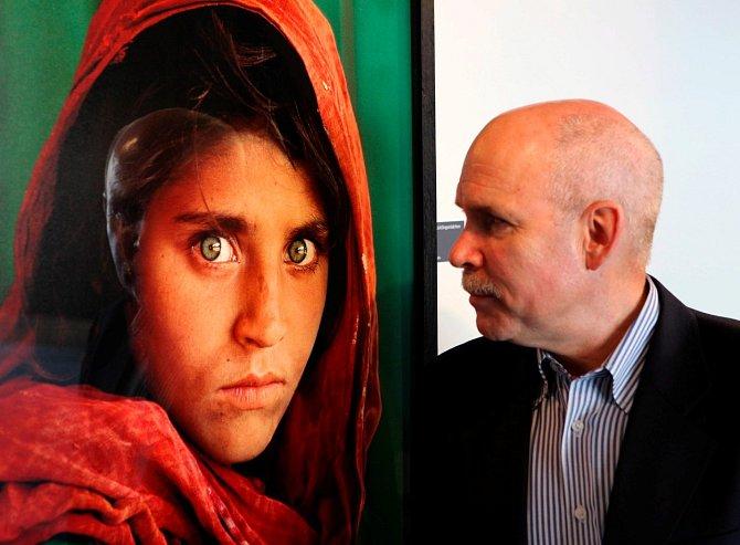 Fotograf Steve McCurry se svým slavným portrétem.