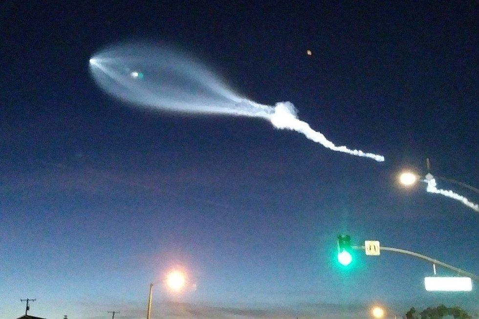 Start rakety Falcon 9 americké společnosti SpaceX doprovázela mimořádná podívaná. Raketa, která vynesla na oběžnou dráhu kolem Země 10 satelitů Iridium NEXT, za sebou na obloze zanechala jasnou kouřovou stopu. Mnozí to považovali za UFO či práci filmařů.