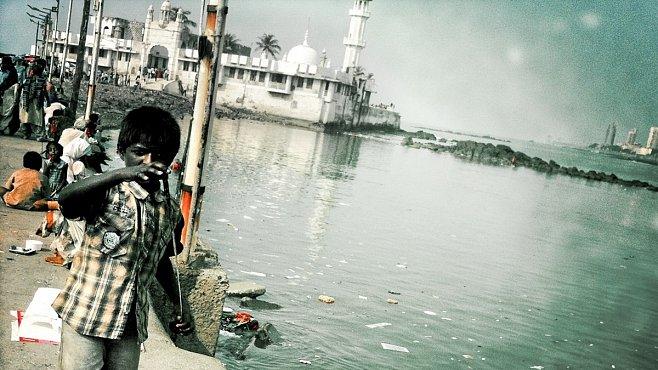 Haji Ali Dargah, mešita v Bombaji, kde musíte čekat na odliv moře. Jinak se nedostanete zpět
