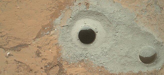 VIDEO: Curiosity se zavrtala pod zem. Vzorek bude zkoumat nejmodernější planetární robot