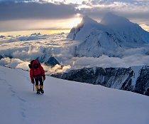 Slunce zapadá za Everest. Okamžiky, kdy se na horách přes všechnu únavu a utrpení cítíte opravdu šťastni.