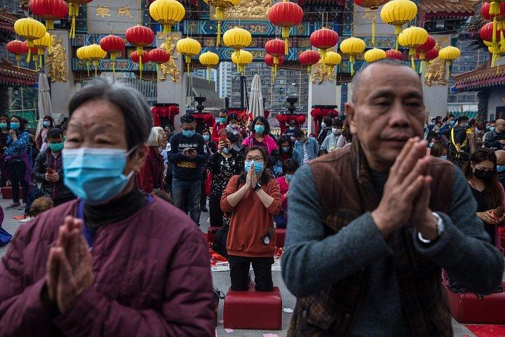 Obavy z šíření smrtícího koronaviru ovlivnily v Číně oslavy lunárního Nového roku. Kvůli hrozbě nákazy byly v některých městech zrušeny plánované slavnosti. V chrámu Wong Tai Sin v Hongkongu se lidé, mnozí s ústními rouškami, scházeli k tichým modlitbám.