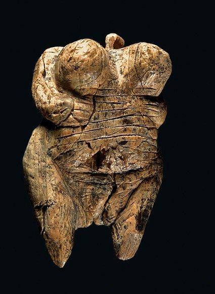 Soška Venuše, objevená vroce 2008 vjeskyni Hohle Fels vNěmecku, je nejstarším nesporným zobrazením lidské bytosti. Poutko vhorní části plastiky sloužilo kzavěšení, soška se nosila jako přívěsek.