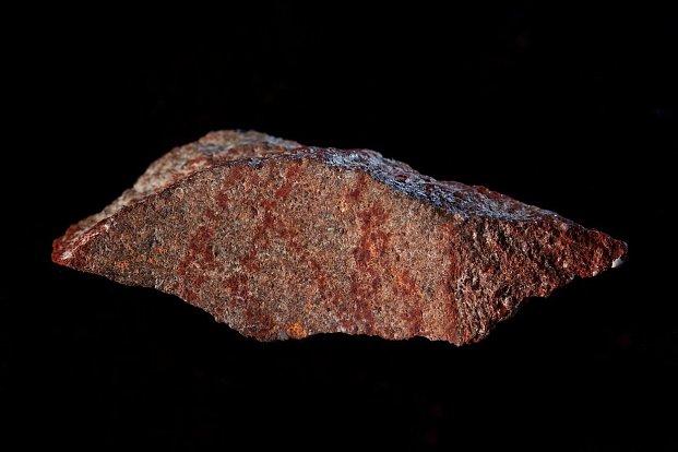 Vědci objevili rudou vločku, pravděpodobně nejstarší kresbu vůbec. Co znamená?