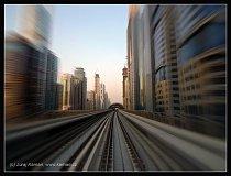 Trať dubajské nadzemky připomíná hada plazícího se bludištěm mrakodrapů.