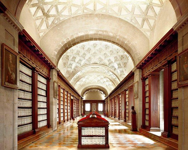 Ne knihovna, ale indický archiv ve španělské Seville shromáždil všechny dostupné informace o španělských koloniích. Pro svou kulturní hodnotu byla stavba v roce 1987 přiřazena ke světovému dědictví.