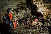 Guilermo de Anda, výzkumník National Geographic zkoumá soubor rituálních nádob ukrytý v jeskyni Balamkú (jeskyně boha Jaguára) na Yucatánu v Mexiku. Předměty tu ležely netknuté alespoň tisíc let.