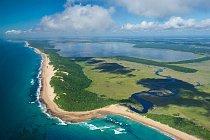 Mozambické plány na výstavbu průmyslového přístavu voblasti mořské rezervace Ponta do Ouro ohrožují některé z nejrozmanitějších korálových útesů u břehů jižní Afriky. Na leteckém snímku jsou útesy patrné jako tmavé stíny při pobřeží.
