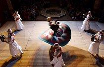 Dervíšové tancují na oslavách Ramadánu (Káhira, Egypt).