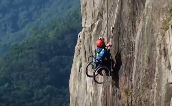 Lai, který je dnes závislý na invalidním vozíku, se nevzdal a svým odhodláním inspiruje sportovce z celého světa.