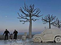 Švýcarsko. Během období třeskutých mrazů v únoru 2012 pohřbila zmrzlá vodní tříšť ze Ženevského jezera automobily, stromy i nábřežní promenádu. Neobvyklé vybočení polární fronty, která se stočila dale