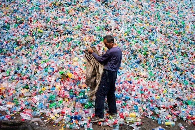 Čínský dělník třídí plastové lahve při recyklaci ve vesnici Dong Xiao Kou na okraji Pekingu.