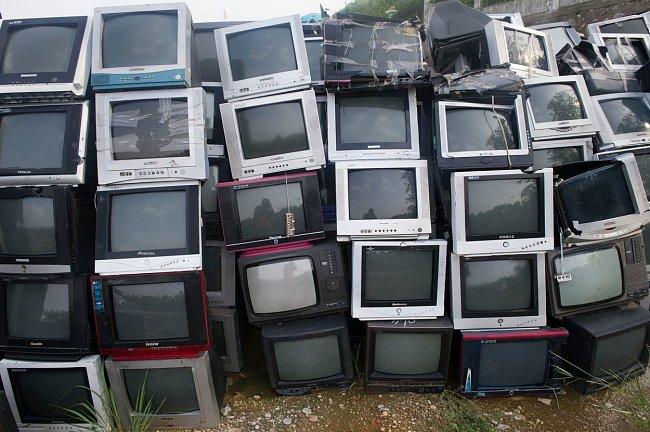 Zůstaneme v Číně. Ve městě Ču-čou je téměř 80 000 televizorů připraveno k recyklaci... už dlouho.
