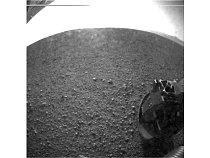 První fotografie povrchu Marsu ve vysokém rozlišení, kterou poslala sonda Curiosity.