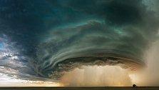 Montana. Potopa se řítí z nitra bouře poblíž Glasgow v červenci 2010.